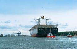 Navio de carga com escolta, navio de recipiente vazio fotografia de stock royalty free