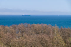 Navio de carga da navigação no embaçamento do mar longe Fotografia de Stock Royalty Free