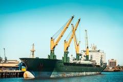 Navio de carga do portador de maioria no porto Imagens de Stock Royalty Free