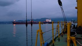 Navio de carga e barco de turista de flutuação no porto de Batumi video estoque