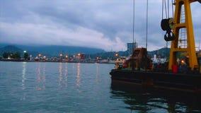 Navio de carga e barcos de turista de flutuação filme