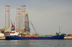 Navio de carga geral em um atendimento portuário Fotografia de Stock Royalty Free
