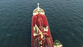 Navio de carga geral na metragem da antena do mar tiro A ideia aérea de passagens do navio de recipiente através do canal entra n filme