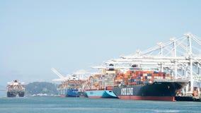Navio de carga HANJIN JUNGIL que parte o porto de Oakland fotografia de stock royalty free