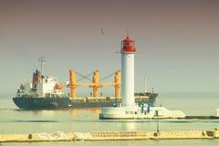 Navio de carga marinho do porto da carga carregado com o transporte fotos de stock royalty free