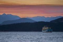 Navio de carga na âncora na noite Fotografia de Stock