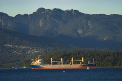 Navio de carga na âncora no final da tarde Imagens de Stock