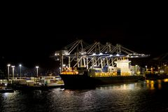 Navio de carga na noite Fotos de Stock Royalty Free
