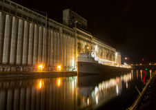 Navio de carga na noite Imagens de Stock Royalty Free