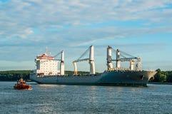 Navio de carga na porta Imagens de Stock Royalty Free