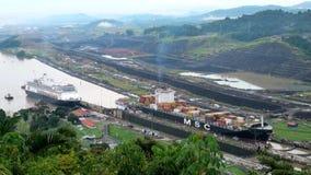 Navio de carga no canal de Panamá filme