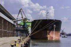 Navio de carga no fundo do panorama do porto Imagens de Stock Royalty Free