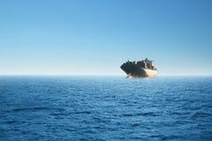 Navio de carga no mar Conceito do ambiente, do neg?cio e do transporte fotografia de stock royalty free