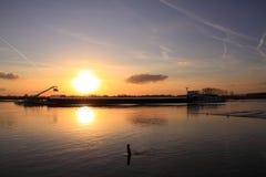 Navio de carga no rio durante o por do sol fotos de stock royalty free