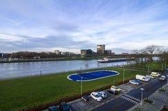 Navio de carga no rio holandês da água ao lado do parque de estacionamento do estádio e do carro Imagens de Stock Royalty Free