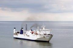 Navio de carga protegido de uma tempestade na baía do porto, Batumi do oceano, Geórgia imagem de stock