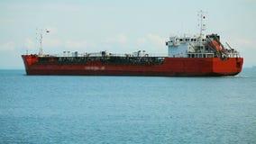 Navio de carga que chega no porto marítimo, transporte comercial, entrega dos bens video estoque