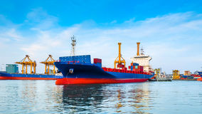 Navio de carga que sae do porto Foto de Stock Royalty Free