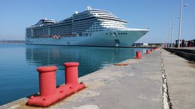 Navio de Cruse no porto de Katakolon Imagem de Stock Royalty Free