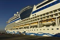 Navio de cruzeiros AIDA Stella no porto de Dubai, Emiratos Árabes Unidos Imagens de Stock