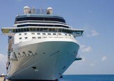 Navio de cruzeiros amarrado à doca com cordas azuis e brancas Fotografia de Stock Royalty Free