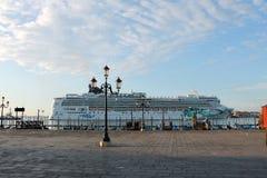 Navio de cruzeiros amarrado no quadrado de St Mark em Veneza fotografia de stock