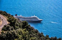 Navio de cruzeiros atrás do canto Fotos de Stock Royalty Free