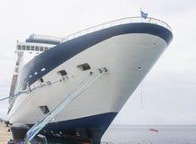 Navio de cruzeiros azul e branco com cordas azuis Fotografia de Stock Royalty Free