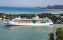 Navio de cruzeiros branco luxuoso em St Lucia Bay Foto de Stock Royalty Free