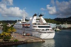 Navio de cruzeiros branco pequeno em St Lucia Bay Fotos de Stock