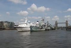 Navio de cruzeiros com ponte Londres da torre Fotos de Stock Royalty Free