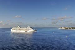 Navio de cruzeiros de aproximação Fotos de Stock Royalty Free