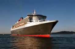 Navio de cruzeiros de Queen Mary 2 em Vigo, Espanha no amanhecer foto de stock