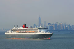 Navio de cruzeiros de Queen Mary 2 no título do porto de New York para Canadá e Nova Inglaterra Foto de Stock