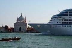 Navio de cruzeiros de Sirena em Veneza, Itália Fotografia de Stock Royalty Free