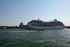 Navio de cruzeiros de Sirena em Veneza, Itália Imagens de Stock Royalty Free