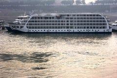Navio de cruzeiros do barco de rio do Rio Yangtzé China, curso Imagens de Stock Royalty Free