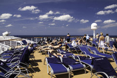Navio de cruzeiros do carnaval - exporindo-se ao sol na plataforma superior Fotografia de Stock
