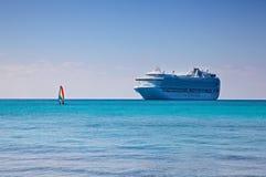 Navio de cruzeiros e Sailboat nas Caraíbas foto de stock