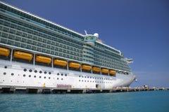 Navio de cruzeiros em águas do Cararibe azuis fotografia de stock royalty free