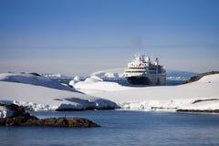 Navio de cruzeiros em Continente antárctico Foto de Stock Royalty Free