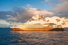 Navio de cruzeiros em Continente antárctico Fotos de Stock