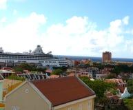 Navio de cruzeiros em Curaçau imagem de stock royalty free