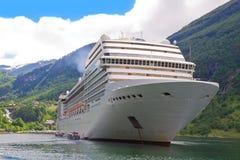 Navio de cruzeiros em fiordes noruegueses imagens de stock royalty free
