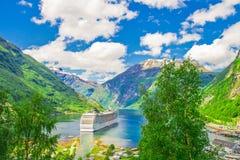 Navio de cruzeiros em fiordes noruegueses fotografia de stock