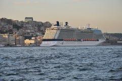 Navio de cruzeiros em Istambul, vista ao distrito de Karakoy e ao porto de Istambul imagem de stock
