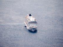 Navio de cruzeiros em Santorini, Greece fotos de stock royalty free