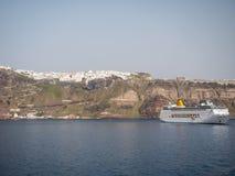 Navio de cruzeiros em Santorini, Greece imagens de stock