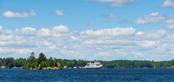 Navio de cruzeiros em um lago Imagens de Stock