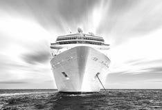 Navio de cruzeiros em um oceano, estilo preto e branco imagens de stock